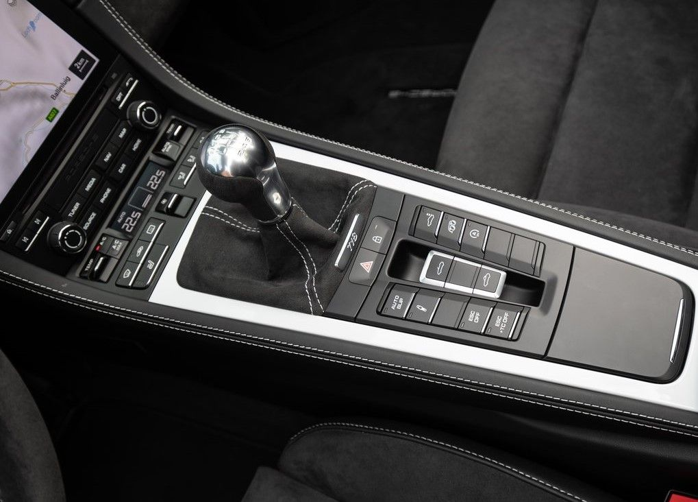 2020 Porsche 718 Spyder central console with manual gear lever