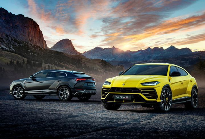lamborghini urus in a dark background