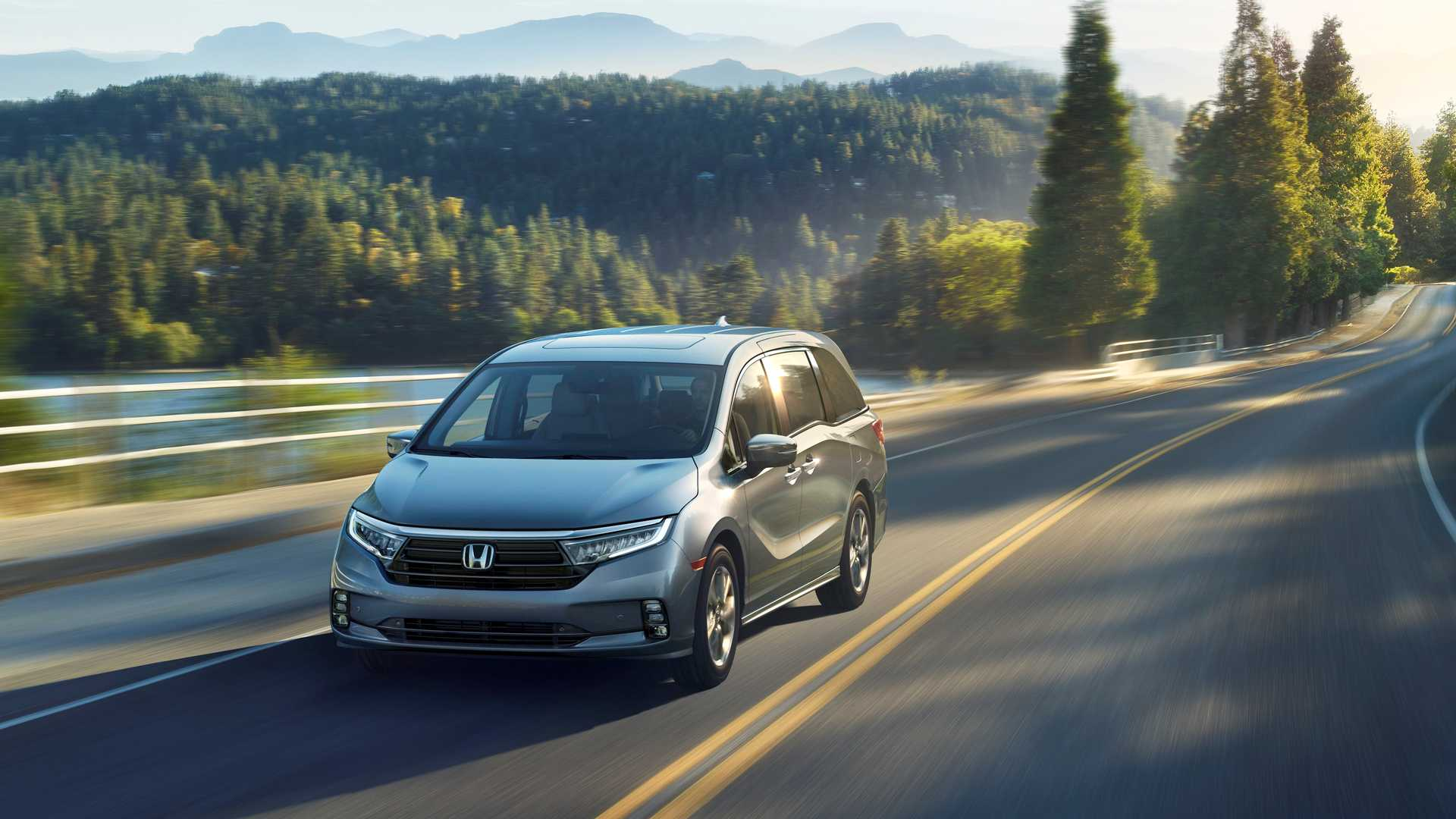 2021 Honda Odyssey front angled wallpaper